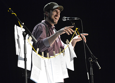 Spectacle Au bout de ta langue: humour debout et poésie drette: avec David Goudreault présenté au Carré 150  de Victoriaville